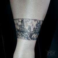 tat cheville tattoo tatouage paris france tattooist tatoueur tatoueuse art bodyart ink inked dot dotwork graphic inker dotworker artist poudlard hogwarts harry potter hagrid landscape paysage bracelet