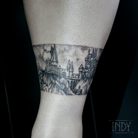 tat cheville tattoo tatouage paris france tattooist tatoueur tatoueuse art bodyart ink inked dot dotwork graphic inker dotworker artist poudlard hogwarts harry potter hagrid landscape paysage bracelet