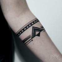 tat tattoo tatouage paris france tattooist tatoueur tatoueuse art bodyart ink inked dot dotwork graphic inker dotworker artist pattern motif symbol minimalist blackwork cover up bracelet recouvrement geometric geometrique geometry triangle