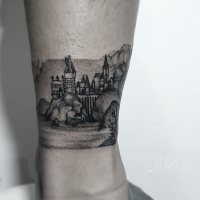 tat tattoo tatouage paris france tattooist tatoueur tatoueuse art bodyart ink inked dot dotwork graphic inker dotworker artist pattern motif symbol minimalist blackwork harry potter poudlard hogwart express train paysage landscape magic magie monde world wizarding sorcier bracelet