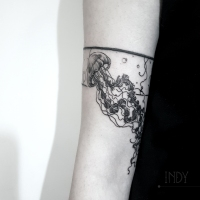 tat tattoo tatouage paris france tattooist tatoueur tatoueuse art bodyart ink inked dot dotwork graphic inker dotworker artist pattern motif symbol minimalist blackwork bracelet méduse jellyfish sea mer ocean bulle