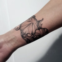 tat tattoo tatouage paris france tattooist tatoueur tatoueuse art bodyart ink inked dot dotwork graphic inker dotworker artist pattern motif symbol minimalist blackwork art deco nouveau feuilles leaves ginko bracelet graphic flower fleur forearm avant bras bracelet bande
